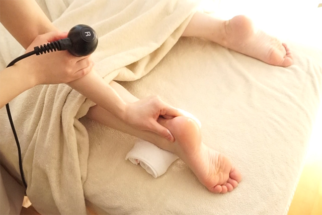 コアヒートは施術者の手から熱を放出するので、足首などもしっかりお手入れ